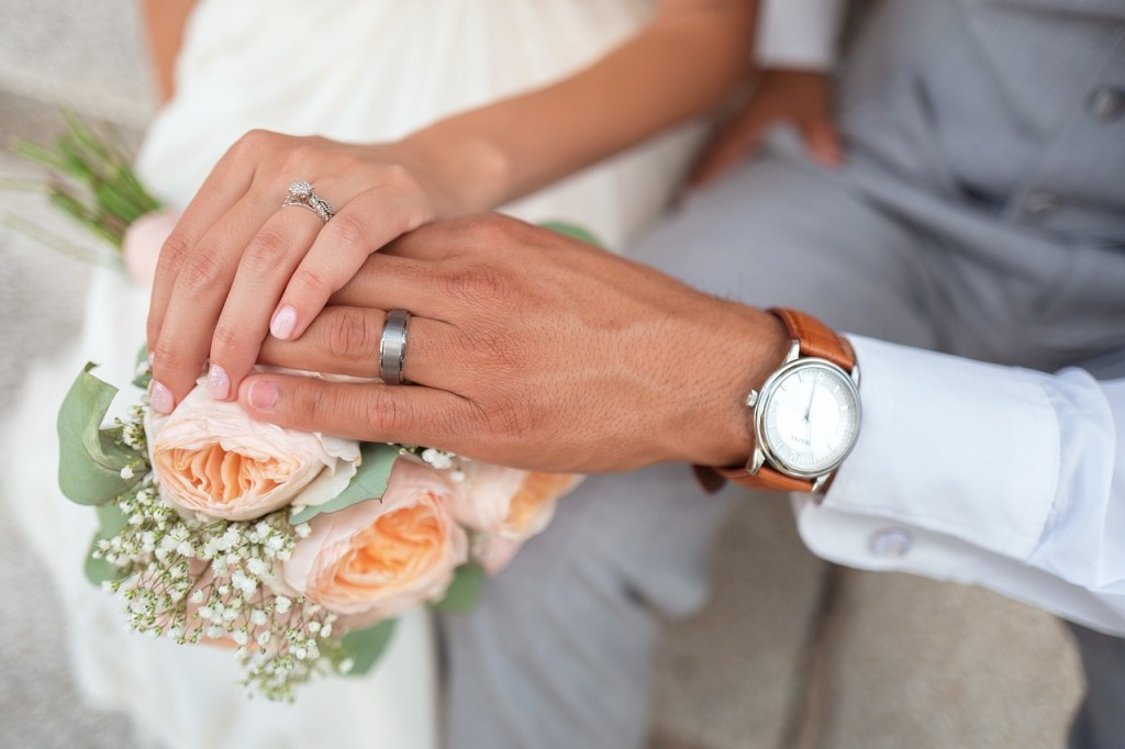 bride-couple-hands-ring